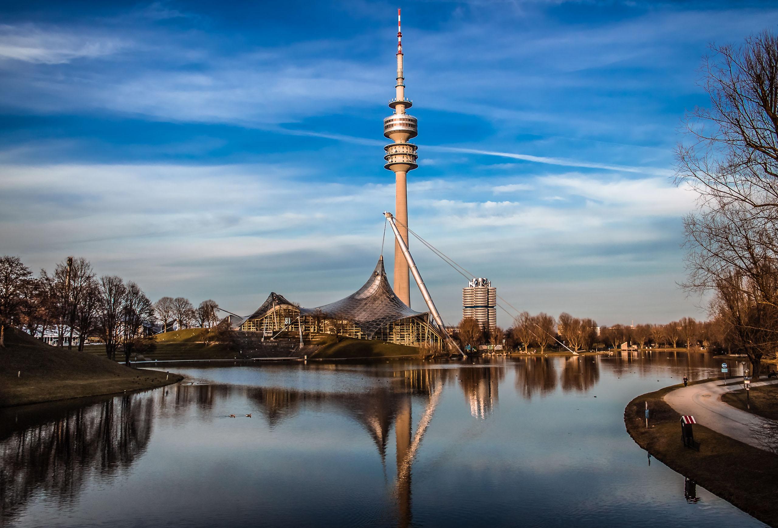 Olympiasee mit Olympiaturm im Olympiapark in München